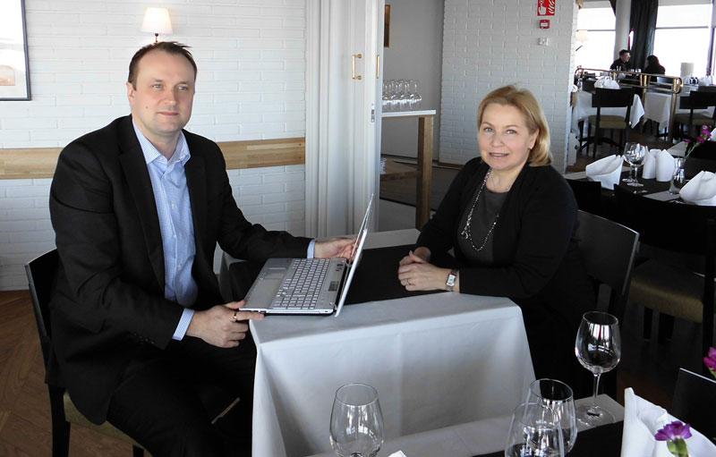 Buildercomin avainasiakaspäällikkö Anssi Saarinen ja LähiTapiola Kiinteistövarainhoidon kehityspäällikkö Erja Graae